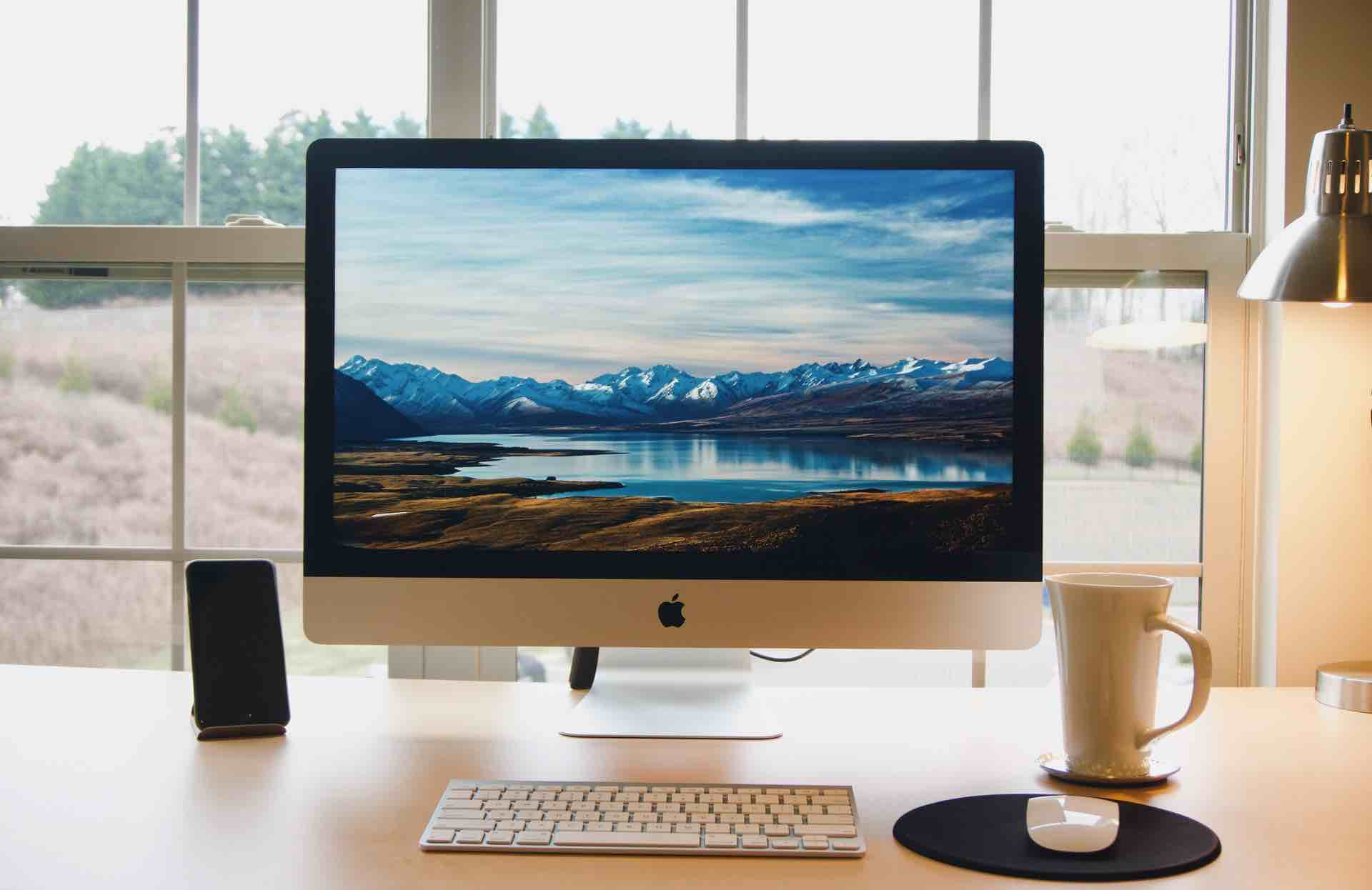 デスクトップ画面を表示しているMac
